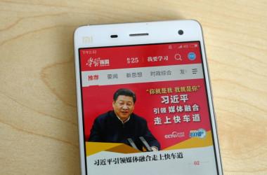 中国で最もダウンロードされているアプリ「学習強国」には、携帯電話の管理権限を明け渡す「のっとり」機能が備わっていることが、米調査で明らかになった(GREG BAKER/AFP/Getty Images)