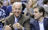2010年1月、バスケットボールの試合を観戦している、ジョー・バイデン副大統領(当時)と息子ハンター・バイデン氏(GettyImages)
