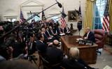 10月11日、トランプ米大統領はホワイトハウスで米中通商協議に出席した中国の劉鶴副首相らと会談した(Win McNamee/Getty Images)