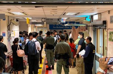 16日夜、民間人陣の召集人・岑子杰氏が急襲された。入院先の病院には多くの警察官も集まった(文瀚林/大紀元)