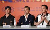 今年5月22日、仏カンヌ国際映画祭で記者会見に出席した俳優ブラッド・ピット(左)、レオナルド・ディカプリオ(中)、クエンティン・タランティーノ監督(右)(John Phillips/Getty Images)