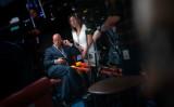 7月、米大統領選の民主党候補争いの討論番組を視聴する、CNN社長ジェフ・ザッカー氏(Getty Images)