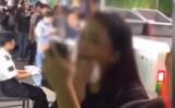 広州の地下鉄で、メイクを落とす若い女性(スクリーンショット)