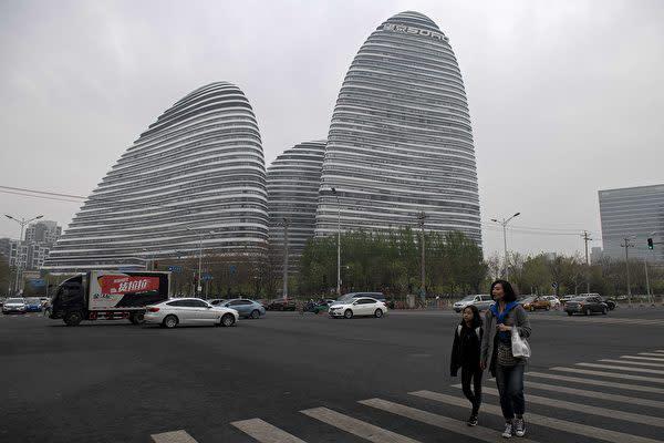 中国北京市にあるオフィスタワー「望京SOHO」 ( NICOLAS ASFOURI/AFP/Getty Images)