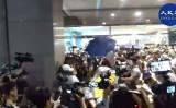 香港太古市で11月3日、北京語を話す男が人々を切りつけ、6人が負傷した。近くにいた立候補者は耳を噛みちぎられた(大紀元)