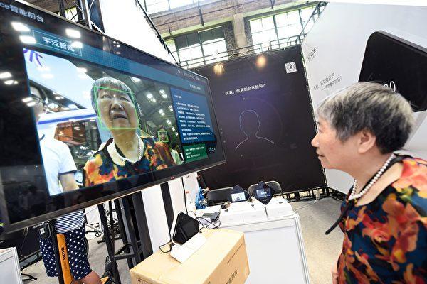 中国の大学副教授はこのほど、顔認証が「消費者権益保護法」に違反するとして、杭州市の動物園を相手に訴訟を起こした(STR/AFP/Getty Images)