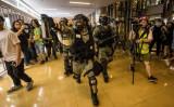 太古市のショッピングモール内で横暴にふるまう香港警察(GettyImages)