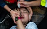 荃灣警察署で拘留された16歳の少女は輪姦され妊娠したとの情報が、医師を名乗るアカウントがSNSで伝えた。写真は、催涙弾による被害を受け、医療部隊により処置を受ける女性のデモ参加者、参考写真(GettyImages)