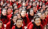10月10日、中国の習近平主席の訪印に合わせて、習主席の顔のお面を付けるインドの学生たち(GettyImages)