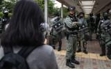 香港太古市内で11月12日、機動隊と話をしようとする若い女性、参考写真(Photo by DALE DE LA REY / AFP)