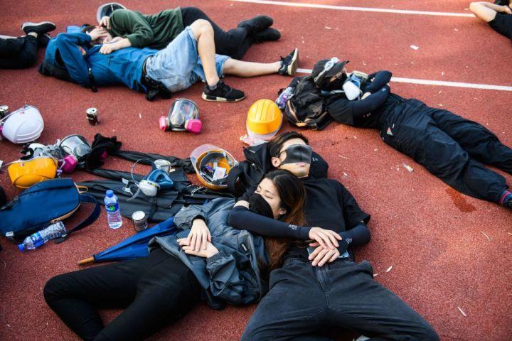 11月13日朝、香港中文大学の敷地内で仮眠をとる若者たち。前夜、警察機動隊が2300発以上の催涙弾をキャンパスに打ち込んだ(GettyImages)