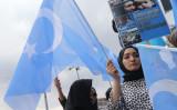 トルコのアンカラで行われた、新疆ウイグル自治区で発生した武力弾圧の犠牲者を追悼するパレードに参加する女性(GettyImages)
