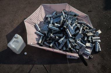 11月12日、香港警察が放った催涙弾のキャニスターが収集され、傘に盛られた(DALE DE LA REY/AFP via Getty Images)