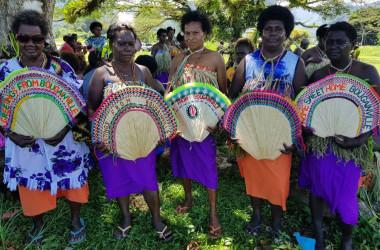 11月6日、ブーガンビルでパプアニューギニアからの独立支持派が、政府と和解のための式典を行っている(ELIZABETH VUVU/AFP via Getty Images)