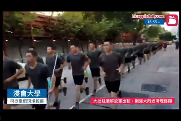 中国軍の香港駐留部隊は16日、香港市内でデモ隊が残した障害物の撤去作業に「自発的に」参加した(スクリーンショット)
