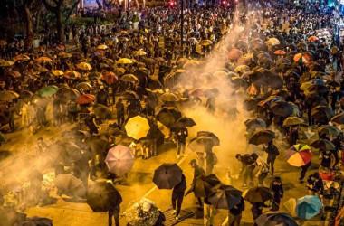 香港警察は18日夜、香港理工大学構内に閉じ込められた学生らを助けようとする市民に催涙弾やゴム弾を発射し阻止した(DALE DE LA REY/AFP via Getty Images)