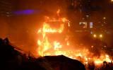 11月17日夜、香港警察は装甲車を出動させ理工大学内にいた学生らを鎮圧しようとした。学生らは火炎瓶を投げて反撃した後、装甲車が炎上(大紀元)