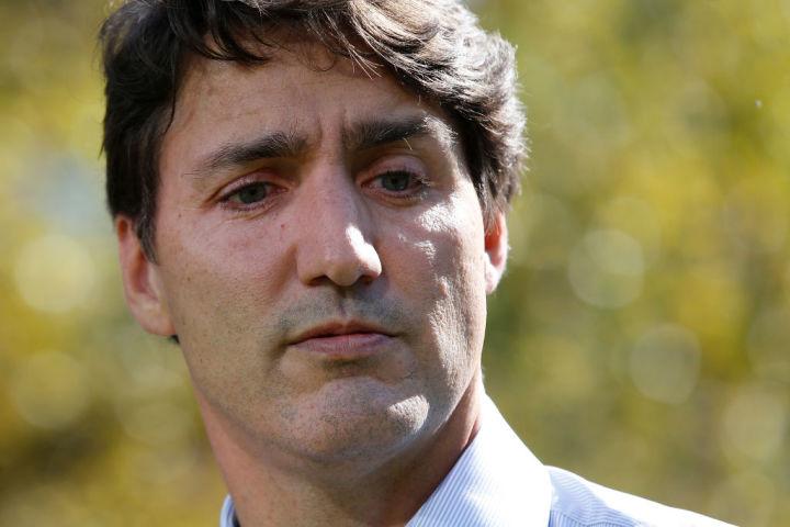 カナダのトルドー首相は9月、2001年の高校教師時代に人種差別的な黒塗りの顔で変装をしていたとタイム誌に報じられた。首相は「とても後悔している」と謝罪した(GettyImages)