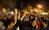 11月24日、香港の区議会選挙の投票で民主派が圧勝したことに市民から歓声が上がった(宋碧龍/大紀元)