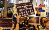 香港の抗議者は警察の暴力に抗議している(宋碧龍/大紀元)