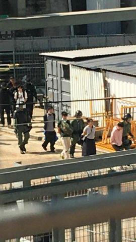 東鉄線とみられる列車の駅構内を、手錠をかけられた大勢の若者と機動隊が移動している動画が出回っている(スクリーンショット)