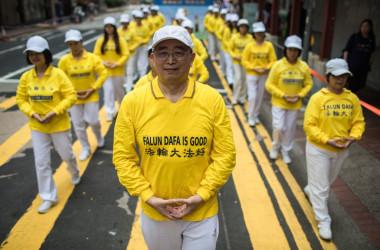 2019年4月、香港で反迫害パレードを行う法輪功学習者たち(DALE DE LA REY / AFP)