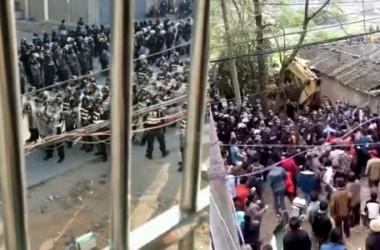 11月29日、警察と対峙する広東省茂名の住民(スクリーンショット)