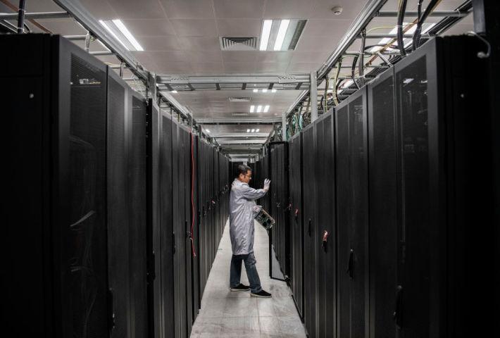 2019年4月、中国IT大手ファーウェイ社のデータ書庫で作業する研究員、参考写真(GettyImages)