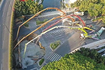 12月2日、陥没部分のコンクリート注入作業が行われている(スクリーンショット)