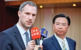 台北とプラハ市が姉妹都市契約する。議会が賛成多数で可決した。写真はプラハのフジブ市長が来台し、呉ショウ燮外交部長(外相)と会見した(大紀元)