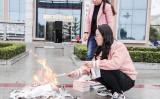 鎮原県の職員二人が路上で書籍を破り燃やした(甘粛省慶陽市鎮原県の図書館公式サイト)