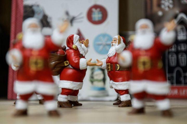 2019年12月15日、仏パリのクリスマスマーケットに飾られたサンタクロースの人形。参考写真(Getty Images)
