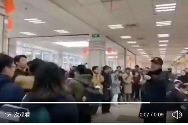 12月18日、上海にある復旦大学の学生らが食堂に集まり、中国当局が同校の憲章を改定したことに校歌を斉唱し抗議した(スクリーンショット)
