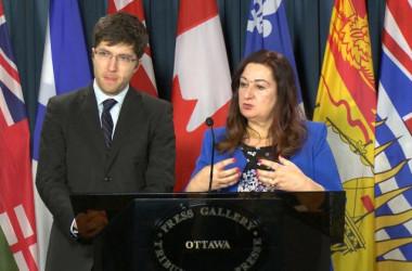 カナダのガーネット・ジェニュイス上院議員とサルマ・アトラジャン上院議員 (Limin Zhou/The Epoch Times)