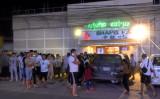 カンボジア南部の沿岸都市シアヌークビルには中国資本が注がれている。市内のカラオケ・バー周辺にいる中国人居住者たち。2018年12月撮影(GettyImage)