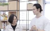 台湾人ユーチューバーの波特王(左)は12月14日、蔡英文総統と一緒に写った動画を公開した(スクリーンショット)