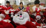 中国江蘇省連雲港市の縫製工場でサンタの人形が作られている。2016年8月撮影(STR/AFP via Getty Images)