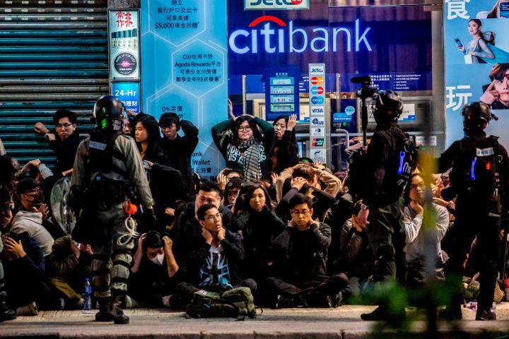 香港では、103万人が元旦抗議運動に参加した。香港警察に手を上げるよう要求されるデモ参加者たち(GettyImages)