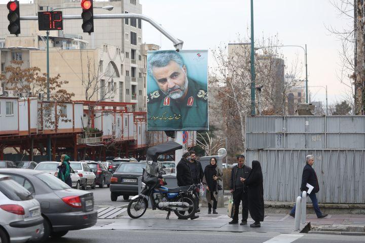 2020年1月4日、イランの首都テヘランの主要道路に掲げられたイラン軍の元司令官カシム・ソレイマニの肖像画(ATTA KENARE/AFP via Getty Images)