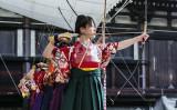京都の三十三間堂で、成人式を迎える女性たちは「通し矢」を行った。2016年1月撮影、参考写真(GettyImage)
