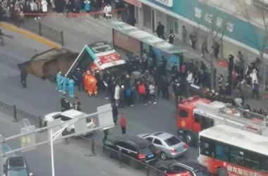 1月13日、中国西部の青海省西寧市城中区の公共バスの停留所付近で地盤沈下が発生し、道路が陥没した。多数のバス乗客を飲み込んだ(目撃者撮影)