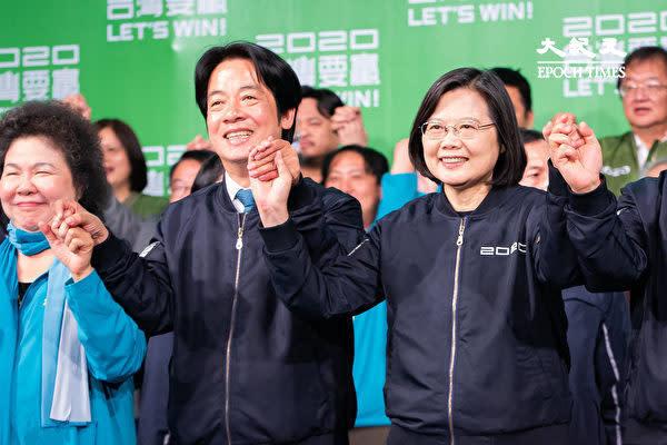 1月11日に行われた台湾総統選で勝利した与党・民進党の蔡英文総統(前列右)と副総統に選出された賴清徳氏(前列中)(大紀元)