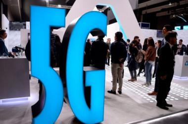 2019年2月25日、スペインのバルセロナで開催された世界最大級のモバイル業界展示会MWCに表示された5Gのディスプレイ(Josep Lago/AFP/Getty Images)