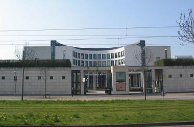 ドイツ週刊誌によると、ドイツ検察は、元EU大使ら3人を中国スパイ容疑で調査したという。写真は、ドイツ検察局(Wikipedia)