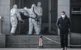 1月18日、武漢市内の病院で新型肺炎の患者を運ぶ医療関係者(STR/AFP via Getty Images)