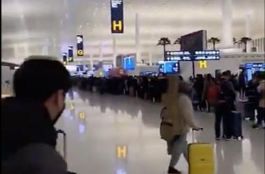 1月23日早朝、天河国際空港で武漢市を脱出しようとする市民が長い列に並んだ(スクリーンショット)