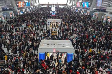 旧正月に乗客がごった返す鉄道の駅構内(STR/AFP via Getty Images)