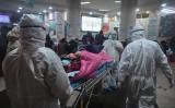 2019年1月25日、防護服を着用する医療関係者が患者を運んでいる。場所は武漢市赤十字病院(HECTOR RETAMAL/AFP via Getty Images)