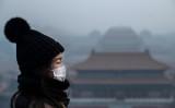 北京の紫禁城を背景に写真を撮る女性(GettyImages)