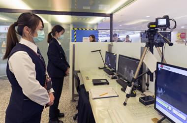 1月25日、台湾の桃園空港で、入港者の体温を検査している空港職員(GettyImages)